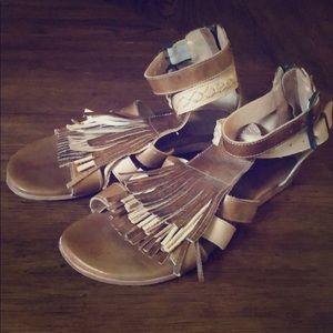 Bedstu Fringe Sandals